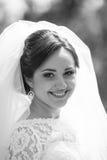Jeune mariée magnifique élégante de brune sur le fond de la nature, nous Images libres de droits