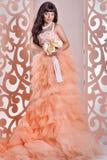 Jeune mariée magnifique avec des fleurs Image libre de droits
