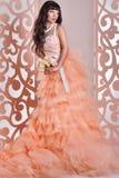 Jeune mariée magnifique avec des fleurs Photographie stock