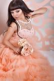 Jeune mariée magnifique avec des fleurs Photos stock