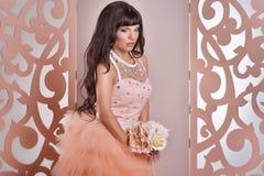 Jeune mariée magnifique avec des fleurs Image stock