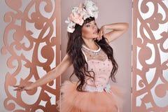 Jeune mariée magnifique avec des fleurs Images stock