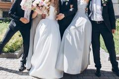 Jeune mariée magnifique avec le bouquet de pivoine et marié élégant posant au su Image libre de droits