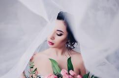 Jeune mariée magnifique avec le voile images stock