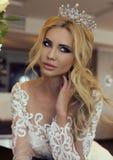 Jeune mariée magnifique avec les cheveux blonds dans la robe de mariage luxueuse photo libre de droits