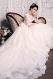 Jeune mariée magnifique avec les cheveux foncés dans la robe de mariage luxuious photo libre de droits