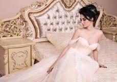 Jeune mariée magnifique avec les cheveux foncés dans la robe de mariage luxuious image libre de droits