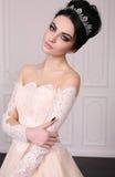 Jeune mariée magnifique avec les cheveux foncés dans la robe de mariage luxuious photographie stock