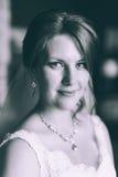 Jeune mariée magnifique dans la robe de mariage dans l'intérieur de luxe avec les bijoux de diamant posant à la maison et le mari Photos libres de droits