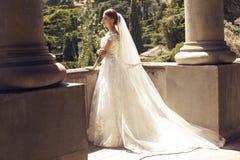 Jeune mariée magnifique dans la robe de mariage luxueuse images libres de droits