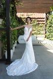 Jeune mariée magnifique dans la robe de mariage luxueuse image libre de droits
