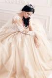 Jeune mariée magnifique dans la robe de mariage luxueuse avec des accessoires photographie stock libre de droits