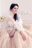 Jeune mariée magnifique dans la robe de mariage luxueuse avec des accessoires photos stock