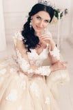Jeune mariée magnifique dans la robe de mariage luxueuse avec des accessoires photo stock