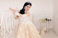Jeune mariée magnifique dans la robe de mariage luxueuse avec des accessoires images stock
