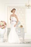 Jeune mariée magnifique dans une salle blanche images stock