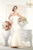 Jeune mariée magnifique dans une salle blanche image libre de droits