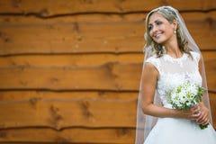 Jeune mariée magnifique son jour du mariage tenant son beau bouquet Photo libre de droits