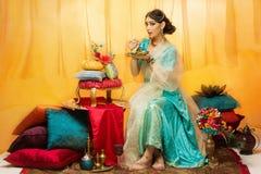 Jeune mariée mangeant le gâteau de mariage photo stock