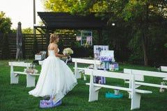 Jeune mariée marchant à la cour Photographie stock