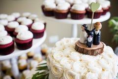 Jeune mariée, marié, et haut de forme de gâteau de mariage de chien Image libre de droits