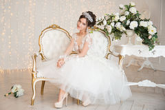 Jeune mariée mariage La jeune mariée dans une robe courte avec la dentelle dans la corneille Images libres de droits