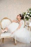 Jeune mariée mariage La jeune mariée dans une robe courte avec la dentelle dans la corneille Photographie stock libre de droits