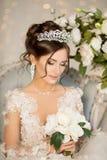 Jeune mariée mariage La jeune mariée dans une robe courte avec la dentelle dans la corneille Image libre de droits