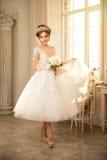 Jeune mariée mariage La jeune mariée dans une robe courte avec la dentelle dans la corneille Images stock