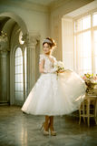 Jeune mariée mariage La jeune mariée dans une robe courte avec la dentelle dans la corneille Photo libre de droits