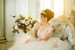 Jeune mariée mariage La jeune mariée dans une robe courte avec la dentelle dans la corneille Image stock