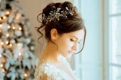 Jeune mariée mariage La jeune mariée dans une robe courte avec la dentelle dans la corneille Photos libres de droits