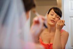 Jeune mariée mettant sur le maquillage d'oeil photos libres de droits