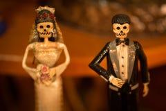 Jeune mariée mexicaine de la mort et groom.jpg images libres de droits