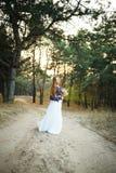Jeune mariée mignonne dans le style américain Photographie stock