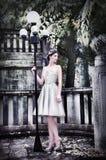 Jeune mariée moderne en parc photo stock