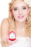 Jeune mariée montrant l'anneau de fiançailles ou de mariage Photos stock