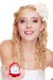 Jeune mariée montrant l'anneau de fiançailles ou de mariage Image stock