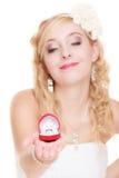 Jeune mariée montrant l'anneau de fiançailles ou de mariage Photographie stock libre de droits
