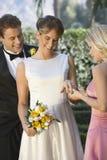 Jeune mariée montrant Ring To Her Friend Photographie stock libre de droits