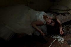 Jeune mariée morte dans le lit Photographie stock