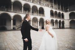 Jeune mariée parfaite de couples, marié posant et embrassant dans leur jour du mariage photo stock