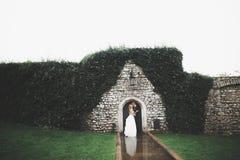 Jeune mariée parfaite de couples, marié posant et embrassant dans leur jour du mariage photos libres de droits