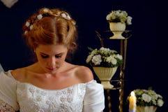 Jeune mariée pensant au choix du marié Femme dans la robe de mariage Photos libres de droits