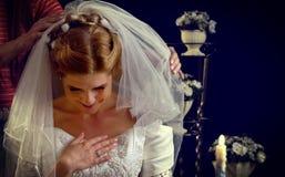 Jeune mariée pensant au choix du marié Femme dans la robe de mariage Photographie stock libre de droits