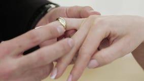 Jeune mariée portant un anneau de mariage banque de vidéos