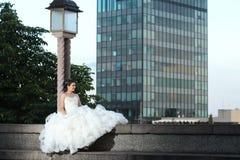 Jeune mariée posant dans la ville Photos stock