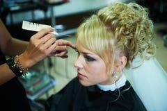 Jeune mariée pour le mariage dans le raseur-coiffeur Images libres de droits