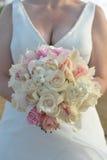 Jeune mariée pour retenir le boquet de fleur Image libre de droits