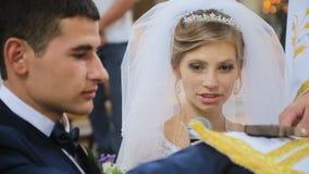 Jeune mariée prenant des voeux de mariage dans l'église clips vidéos